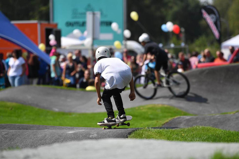 Skateboarder fährt über Rollsportanlage in Oberfranken.