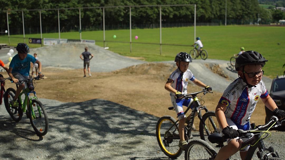 Glückliche Kinder testen Fahrradpark.