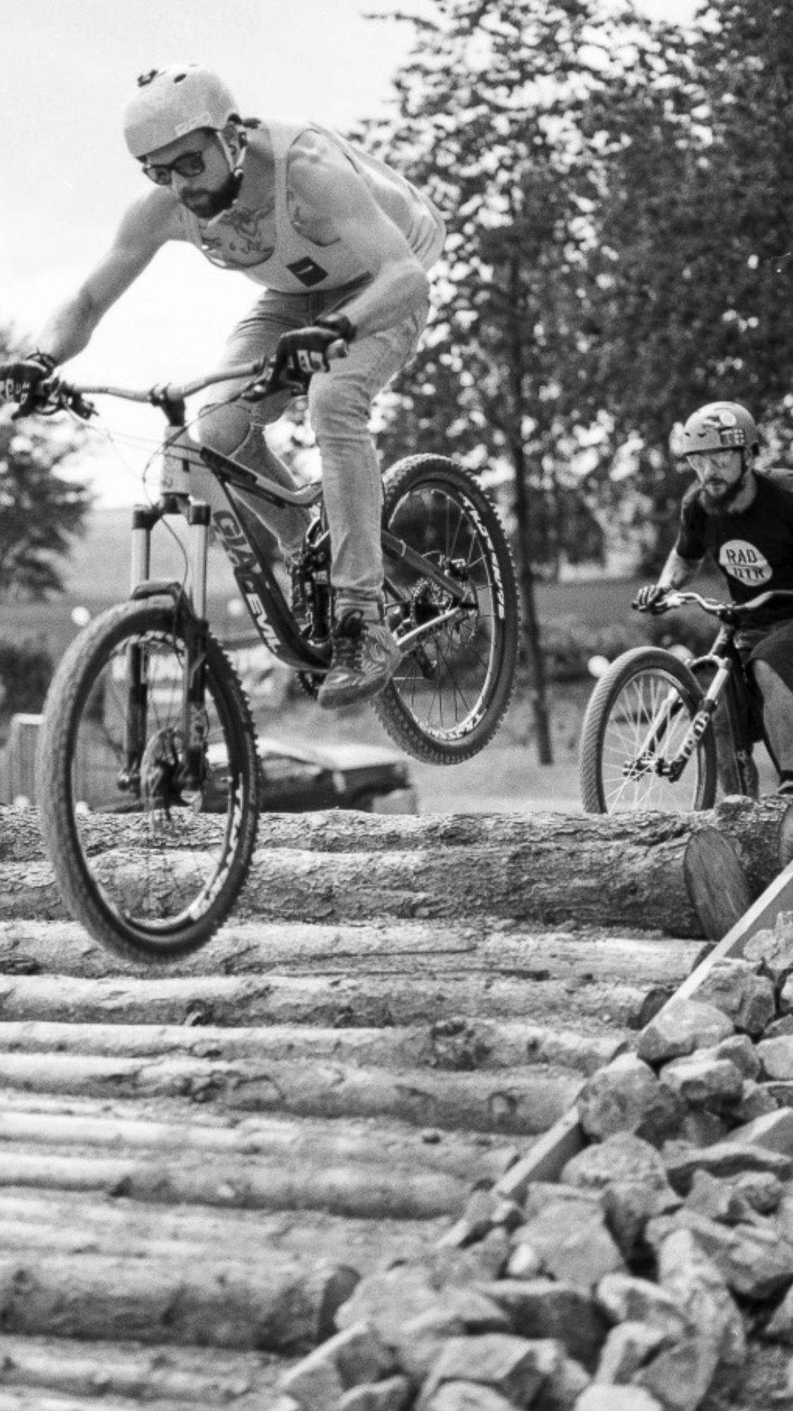 Junge Männer testen Bikepark.