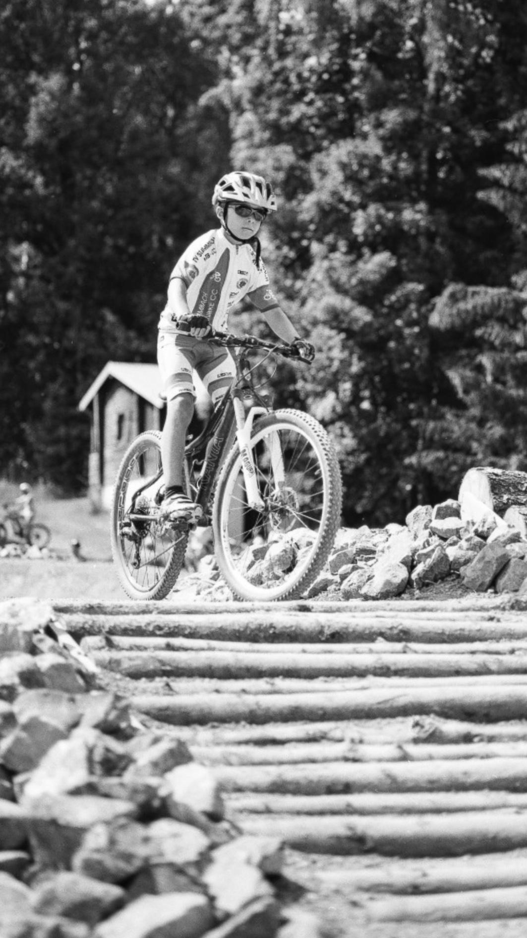 Konzentrierte Biker im Fahrradpark.