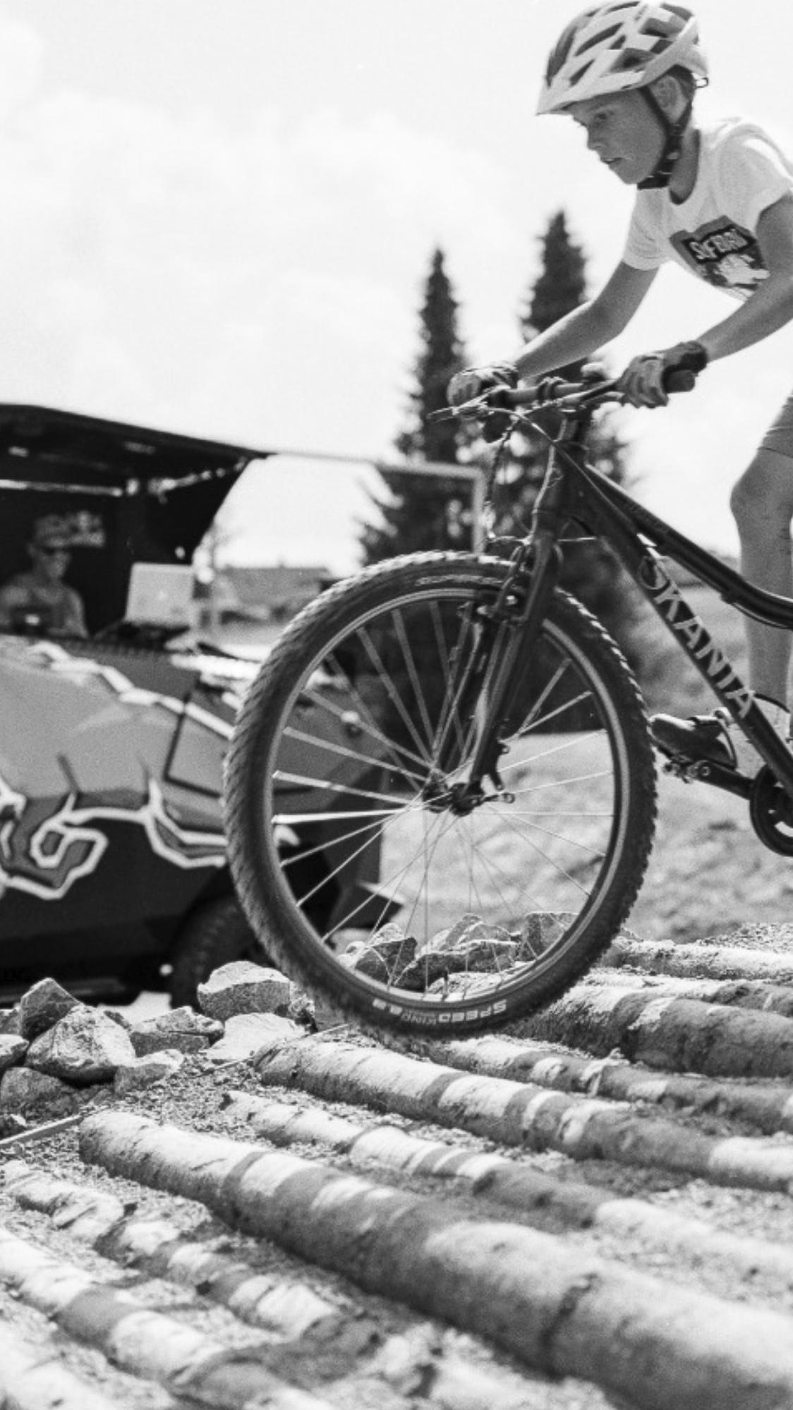 Gute Laune und rasante Fahrradfahrer im Bikepark in Oberfranken.