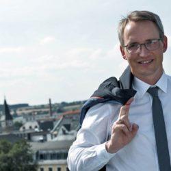 Bürgermeister der Stadt Selb spricht über den erfolgreich umgesetzten Pumptrack der Firma RadQuartier.