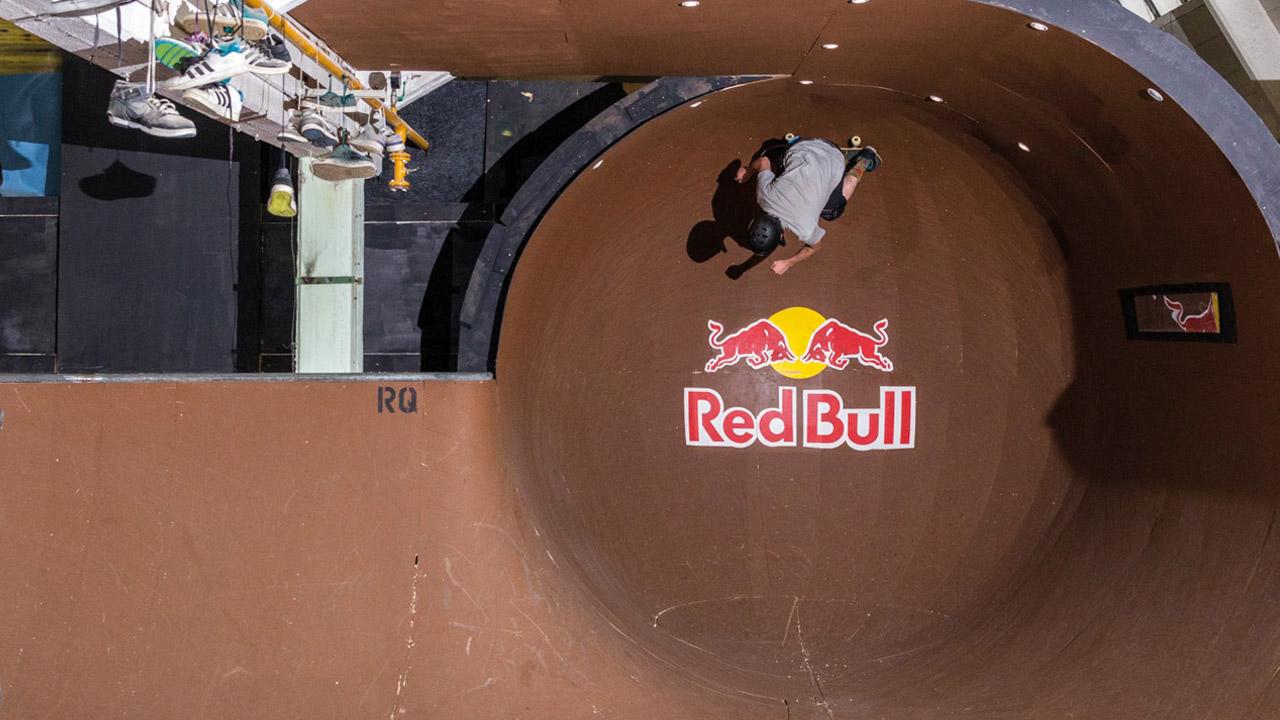 Skater testet Redbull-Bowl im Radquartier.