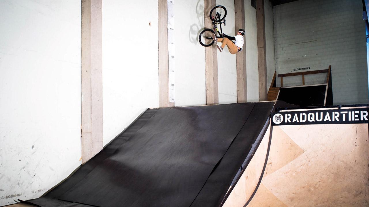 Lukas Knopf testet die neue Resi-Ramp im Radquartier in Kirchenlamitz und macht einen Backflip-Tailwhip.