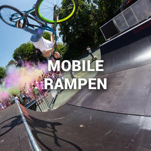 Mann macht Flair über Mobile Rampe in Hof