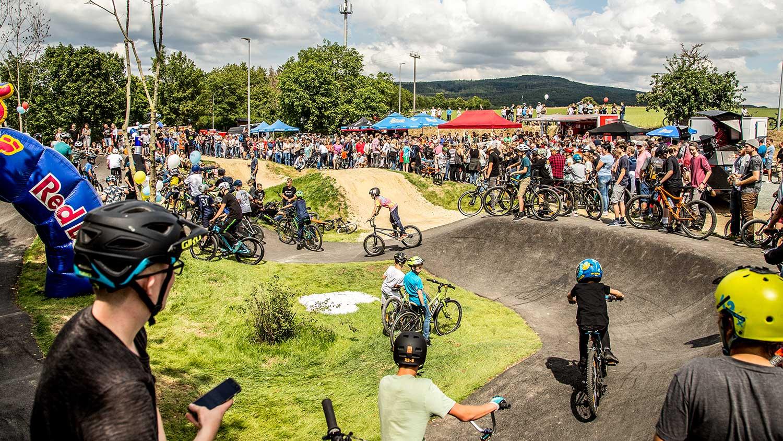 Mountainbiker, Skateboarder, Scooterfahrer. Jede Menge Kinder und Sportler testen den neuen Pumptrack aus Asphalt in der Gemeinde Litzendorf.