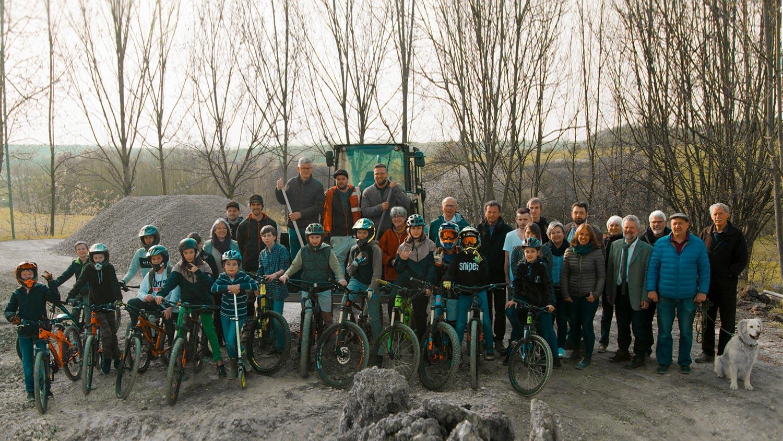 Spatenstich des neuen Pumptrack in Litzendorf. Gemeinderatsmitgleider und viele Sportler treffen sich auf der Baustelle des Pumptracks mit der Firma RadQuartier