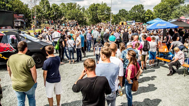 Tausende Zuschauer in der Gemeinde Litzendorf bei der Eröffnung der neuen asphaltierten Pumptrack Anlage mit Kinder und Laufrad Kurs.