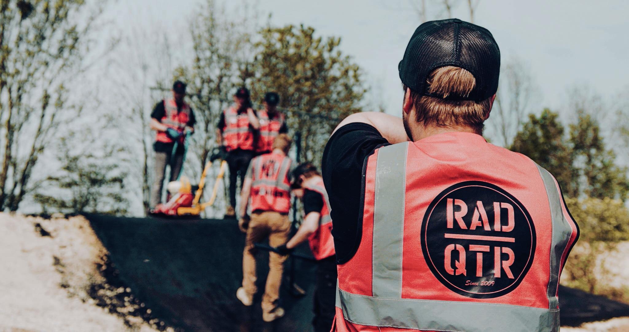 Die Fachfirma RadQuartier GmbH beim Bau des Asphalt Pumptracks mit Kinderpumptrack und Laufradpumptrack