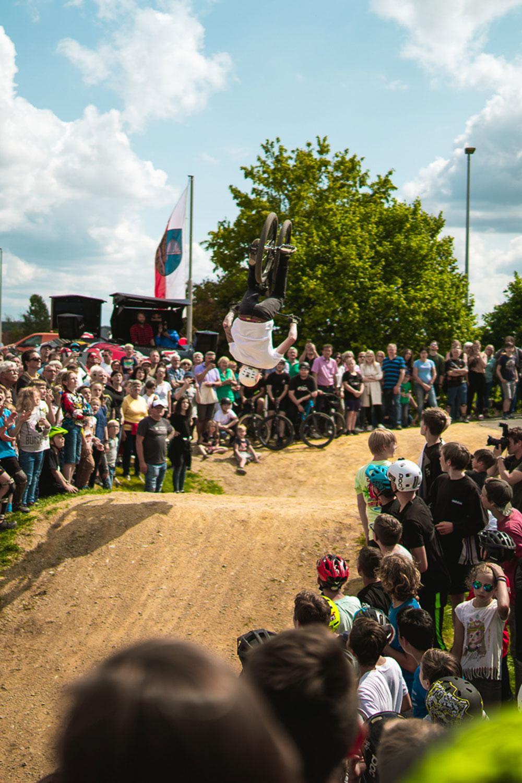 Rückwärtssalto (Backflip) über den Erdsprung (Dirtjump) beim Pumptrack Opening in Litzendorf vor jeder Menge begeisterter Zuschauer