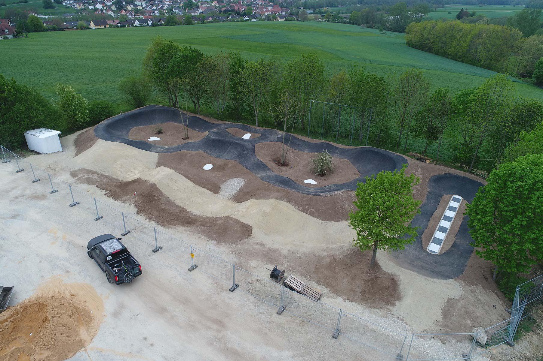 Baustellenfoto des Asphalt Pumptrack Litzendorf. Quelle: RadQuartier GmbH