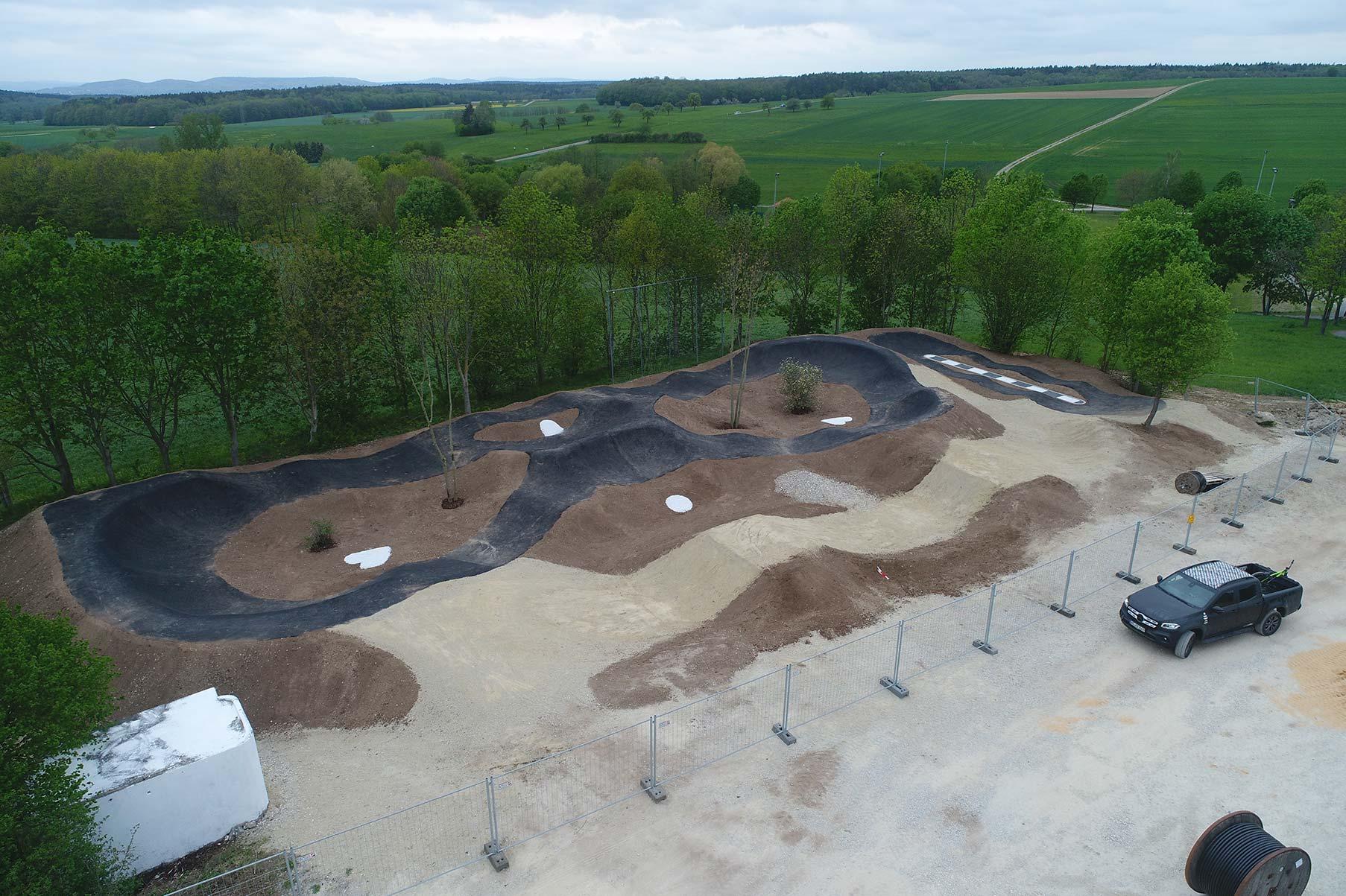 Fertigstellung der Asphaltierungsarbeiten des Pumptrack Litzendorf der Fachfirma RadQuartier GmbH